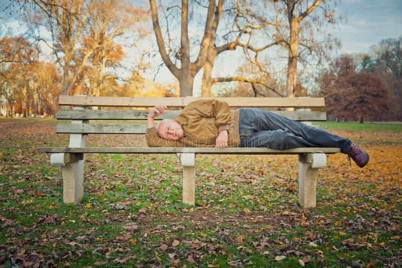Obdachloses Mann-Schlafen stockbilder