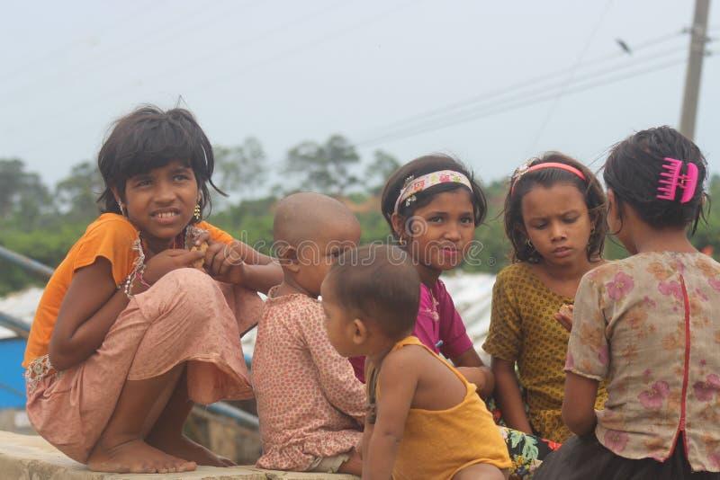 Obdachloses Rohingya-Kind stockfotografie
