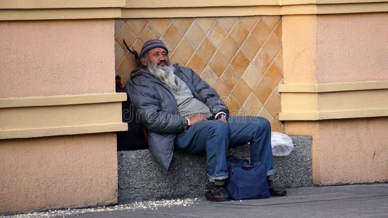 Obdachloses Stillstehen in der Straße stockbild