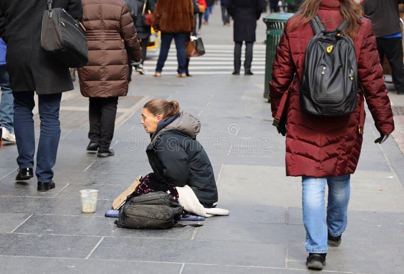Obdachloses voman an der 5. Allee in Midtown Manhattan lizenzfreies stockfoto