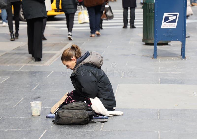 Obdachloses voman an der 5. Allee in Midtown Manhattan stockbild