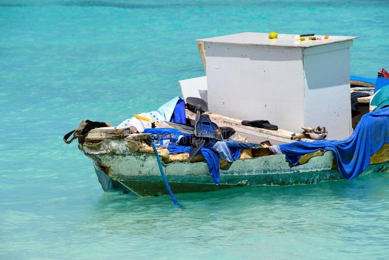 Obdrapana stara łódź wypełniająca z dżonką zdjęcia stock