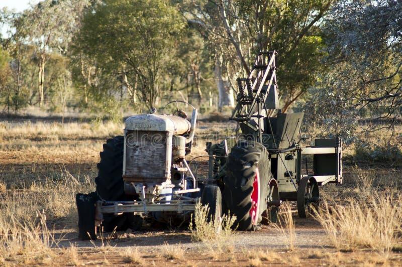 Obdrapany ciągnik i rolna maszyneria fotografia stock