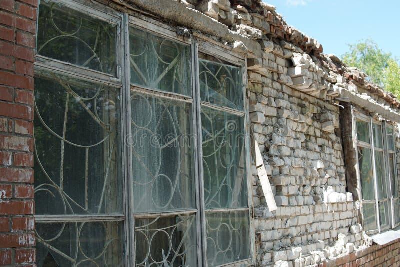 Obdrapany zaniechany ceglany dom zdjęcie royalty free