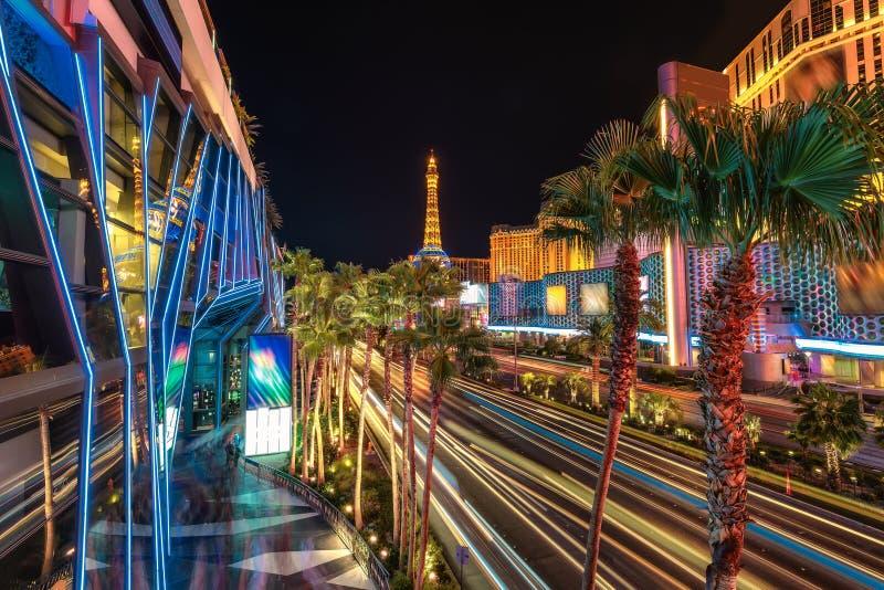Obdziera iluminację, drzewka palmowe i kasyno w Las Vegas nocy, zdjęcia royalty free