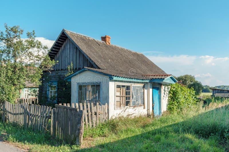 Obebott förstört övergett forntida byhus i bygden royaltyfri fotografi