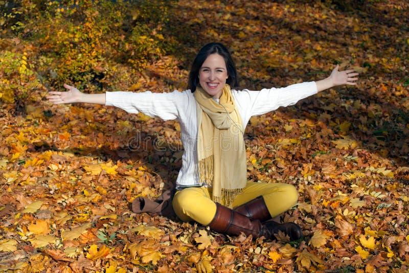 Obejmowanie jesieni radość obrazy stock