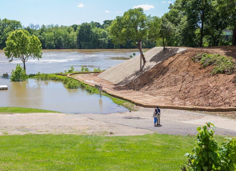 Obejmująca para Podziwia Alabama rzekę obrazy royalty free