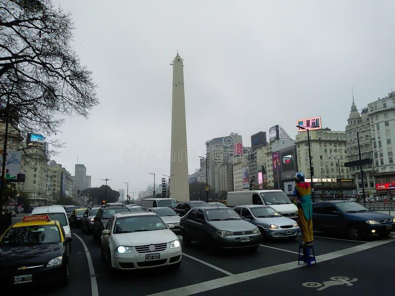 Obelisc i ruch uliczny, Buenos Aires, Argentyna zdjęcia royalty free