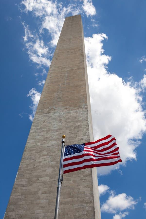Obelisco com a bandeira americana na alameda nacional, monumento de Washington imagem de stock