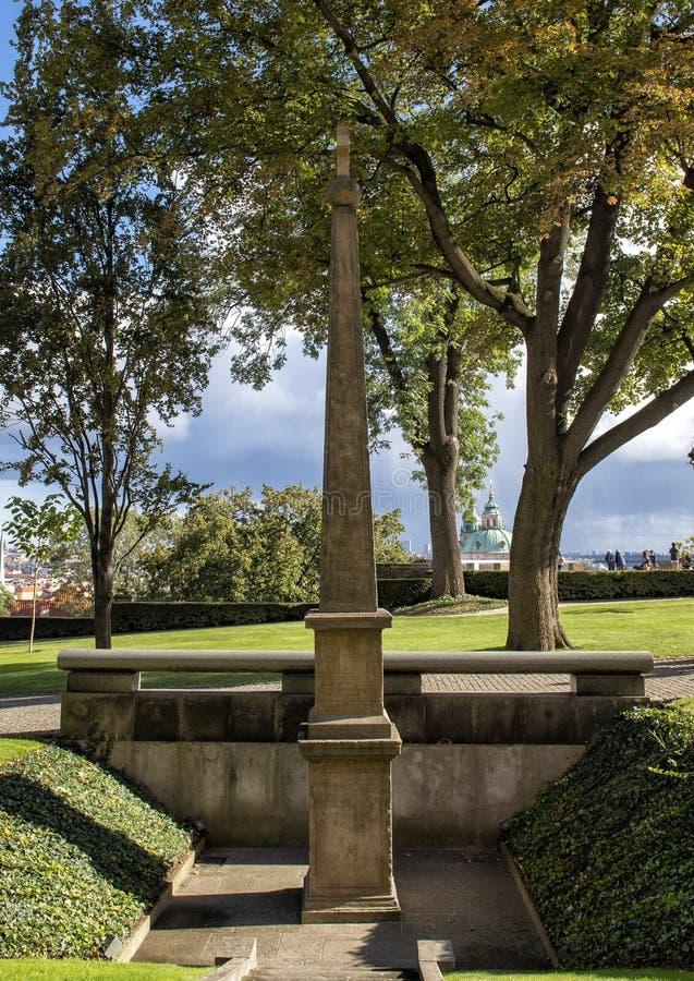Obelisco commemorativo Jaroslav Borita di Martinice, giardini del sud, castello di Praga immagine stock