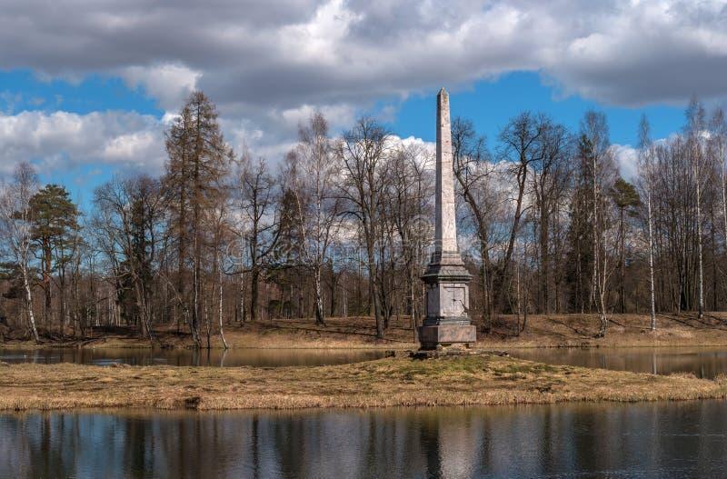 Obelisco de Chesme no parque do palácio de Gatchina Região de Leninegrado, Rússia foto de stock royalty free