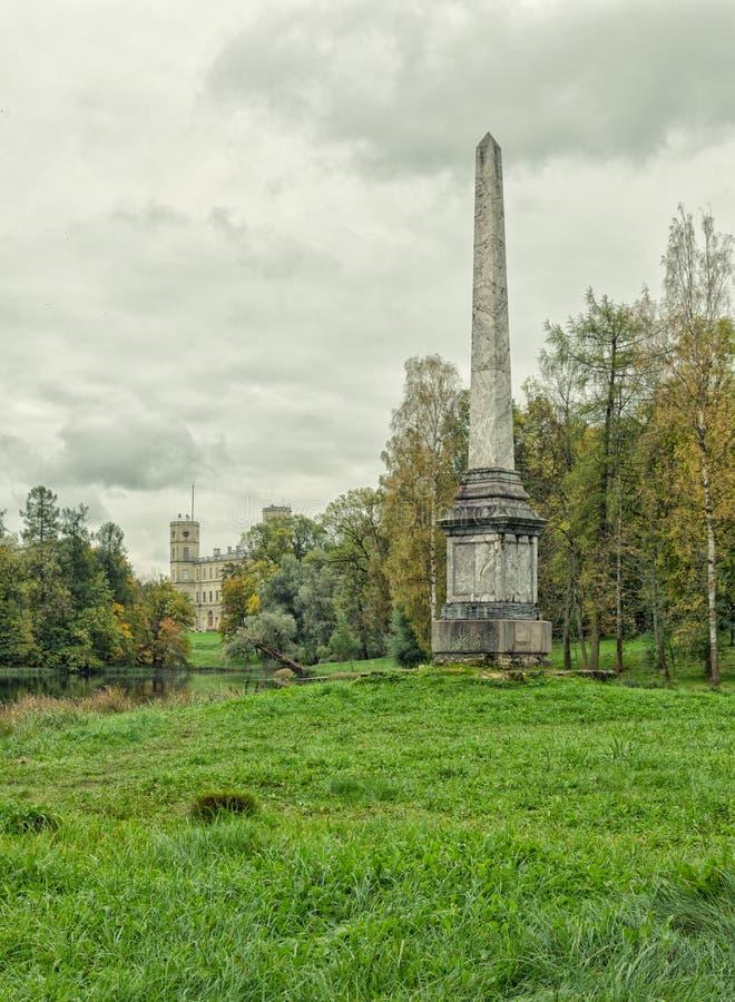Obelisco de Chesmensky e o grande palácio em Gatchina imagem de stock royalty free