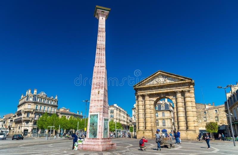 Obelisco e Aquitaine Gate su Place de la Victoire in Bordeaux, Francia fotografia stock libera da diritti