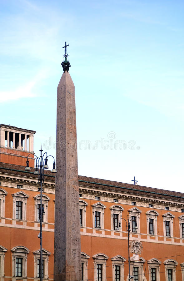 Obelisco egípcio na praça San Giovanni Rome Italy foto de stock