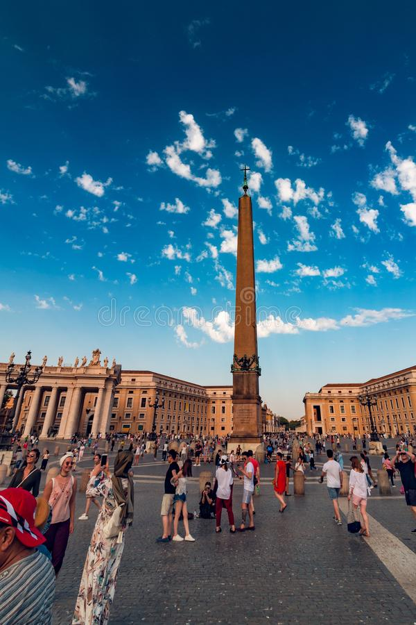 Obelisco egipcio en Vaticano imagenes de archivo