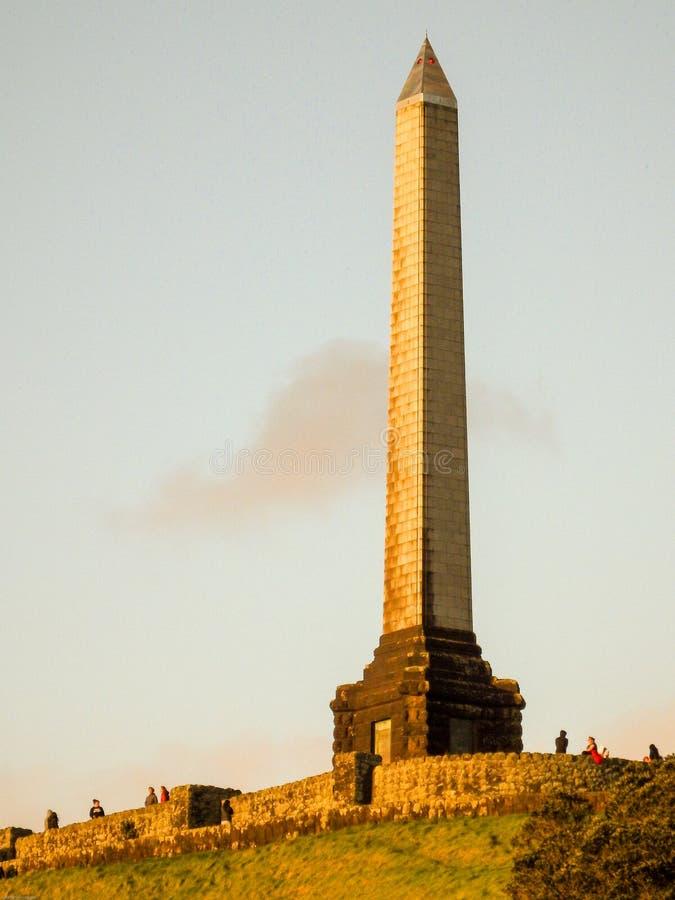 Obelisco em um monte da árvore fotografia de stock royalty free