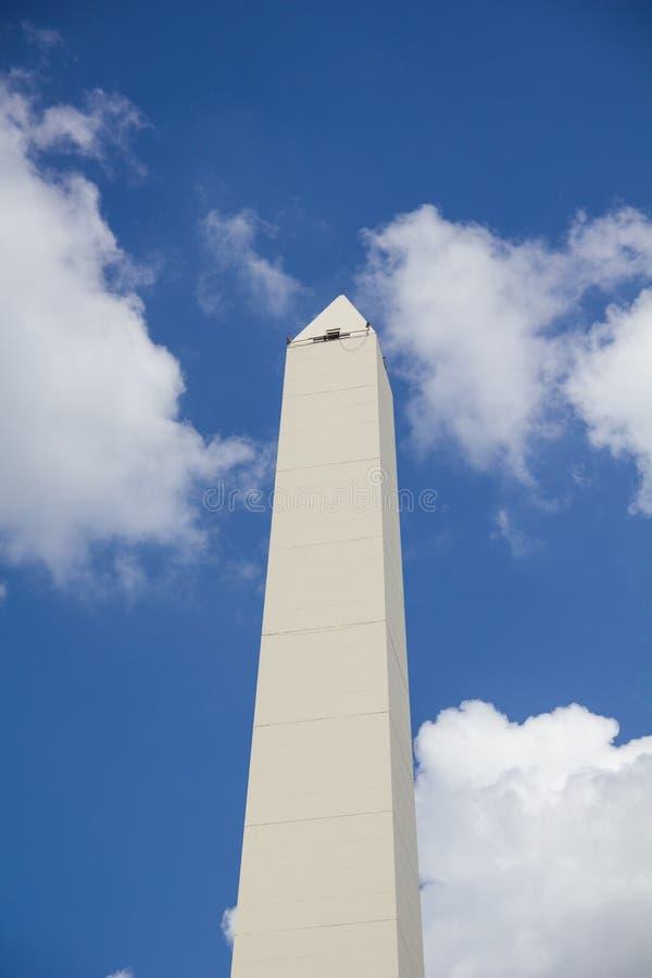 Obelisco i Buenos Aires Lokaliserat på föreningspunkten av Avenida 9 de Julio och Corrientes gata arkivbild