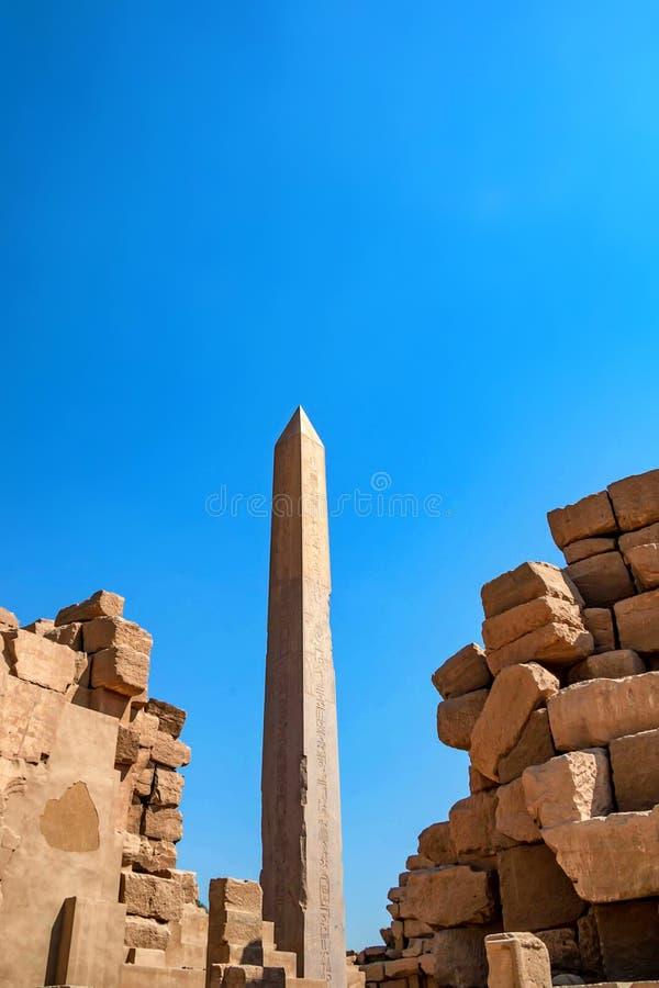 Obelisco nelle rovine del tempio di Karnak immagine stock libera da diritti