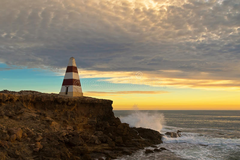 Obelisco, un punto di riferimento storico a capo Dombey durante il tramonto in Rob fotografie stock