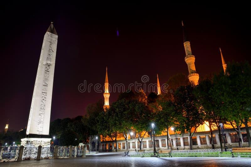 Obelisk av Theodosius och Sultan Ahmed Mosque royaltyfri foto
