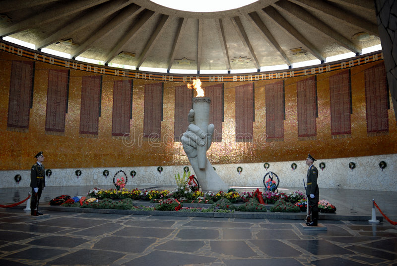 Obelisk commemorativo della seconda guerra mondiale su Mamayev Kurgan fotografia stock