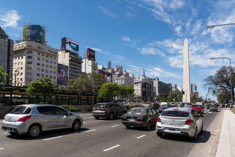 Obelisk De Julio z ruchu drogowego samochodem w Buenos Aires i Avenida 9 obraz royalty free