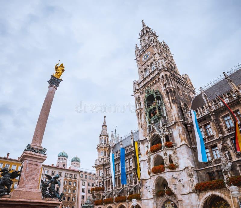 Obelisk framme av det Munchen stadshuset, Marienplatz, Tyskland royaltyfria foton