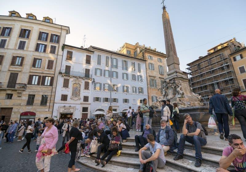 obelisk i fontanna w piazza della Rotonda, ruchliwie miejsce przed panteonem fotografia royalty free