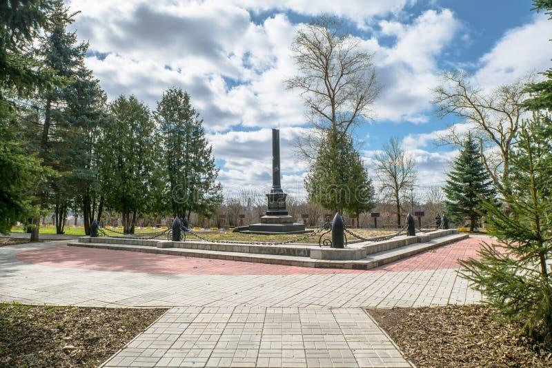 Obelisk op het graf van Vasilij Gracinskij, dat eerste Sovjet militaire Commissar van de stad van Rzhev was stock foto's