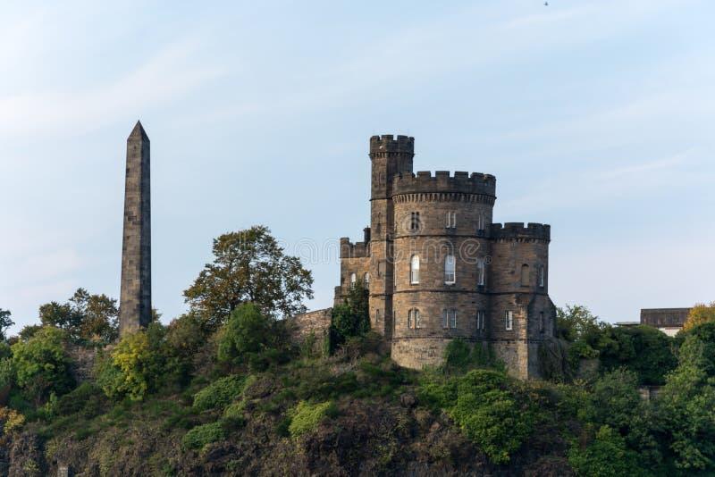 Obelisk på den gamla Calton gravplatsen i Edinburg arkivfoton