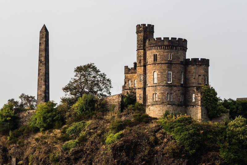 Obelisk på den gamla Calton kyrkogården i Edinburg, Skottland royaltyfri fotografi