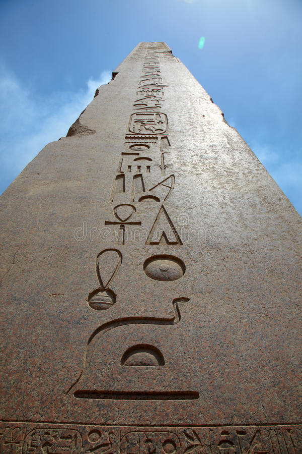 Obelisk in tempel Karnak stock foto's