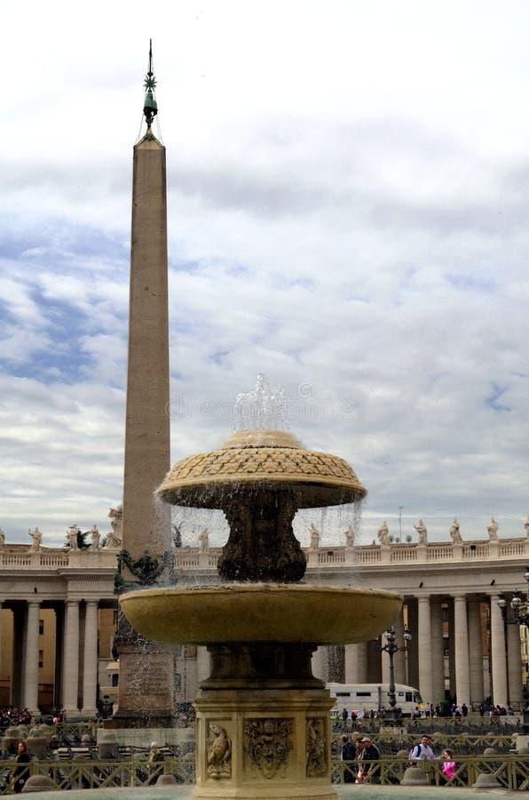 Obelisk und Brunnen vor St Peter Basilika in Vatikan stockfoto
