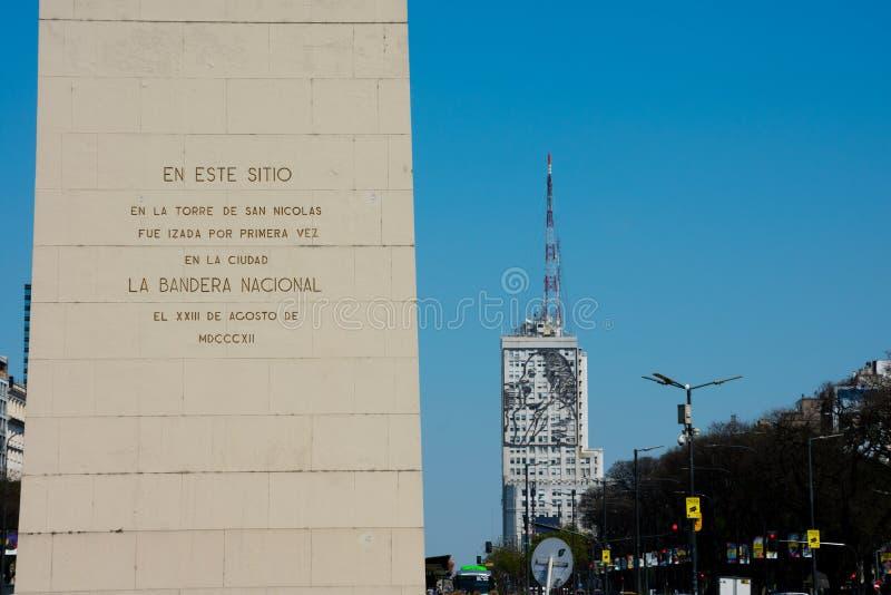 Obelisk van Buenos aires Gr Obelisco en een groot staalbeeld van MarÃa Eva Duarte de Peron royalty-vrije stock foto's
