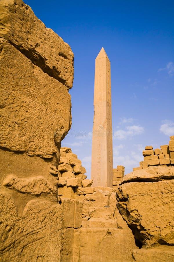 Obelisk wśrodku Karnak świątyni fotografia stock