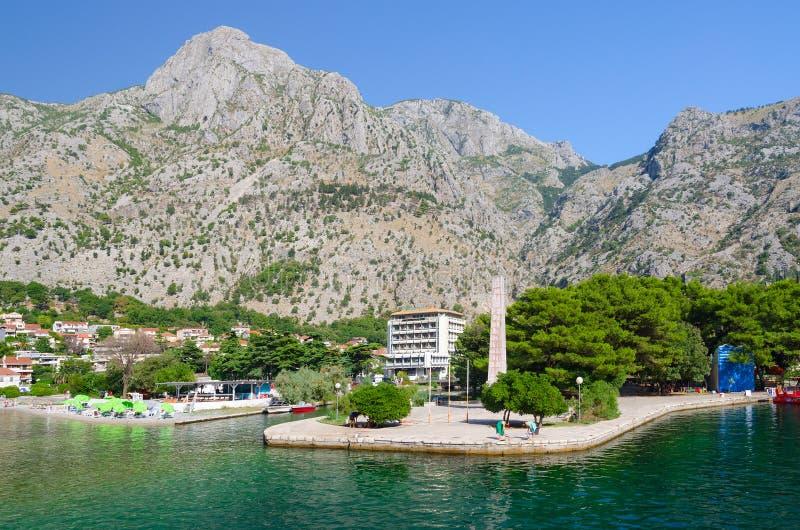 Obelisken av frihet i frihet parkerar på strand i Kotor, Montenegro royaltyfri foto