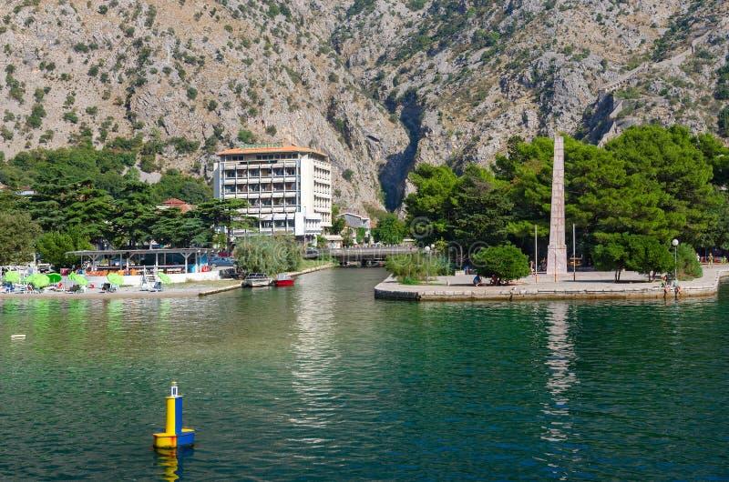 Obelisken av frihet i frihet parkerar på strand, Kotor, Montene royaltyfri bild