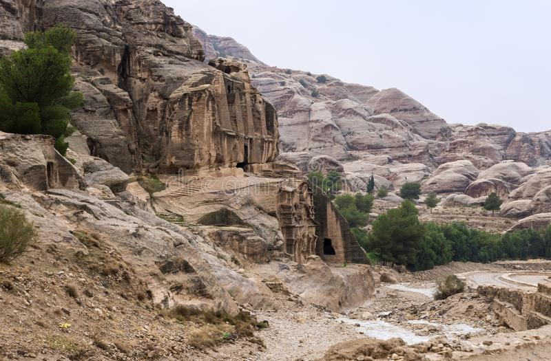 Obeliskgraf aan het begin van de weg die tot Petra leiden - het kapitaal van het Nabatean-koninkrijk in Wadi Musa-stad in Jordani stock afbeelding