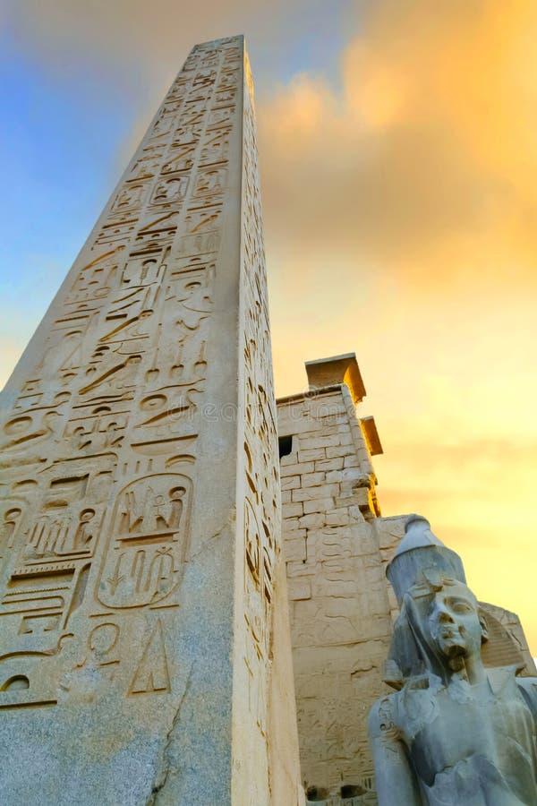 Obelix i statua Ramses II przy pierwszy pilonem Luxor świątynia fotografia stock