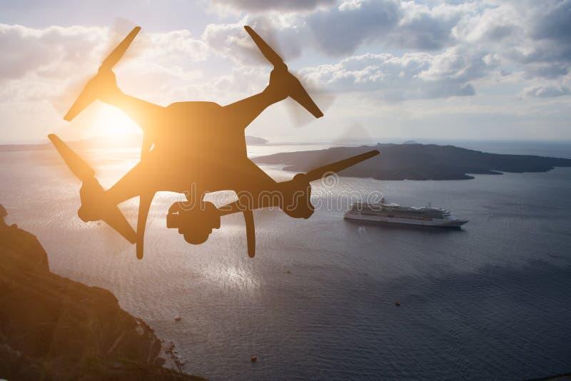 Obemannat surr för flygplansystem UAV Quadcopter i luften på Su arkivbild