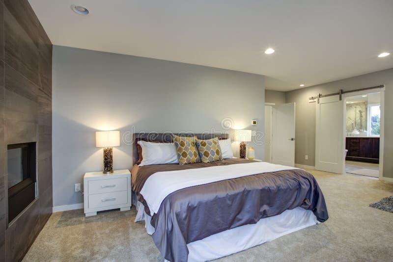 Oben betäuben Hauptschlafzimmer mit Kamin und privater Plattform stockfotografie