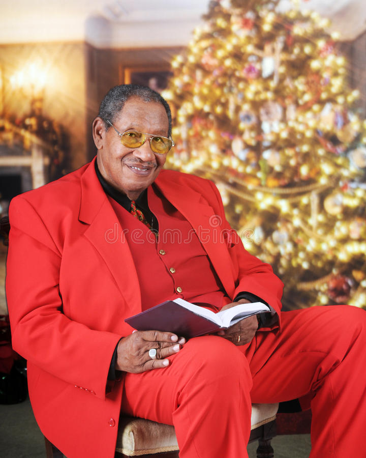 Oben schauen von einer Weihnachtsbibel gelesen lizenzfreies stockbild