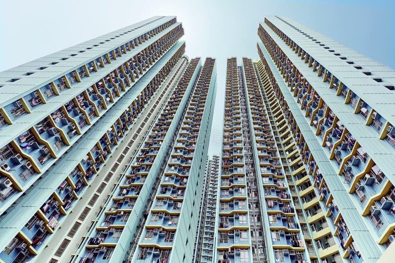 oben schauen zu den Wolkenkratzern mit Weitwinkel stockfotografie