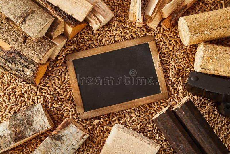 Obenliegende Ansicht der Tafel umgeben durch Klotz stockbild