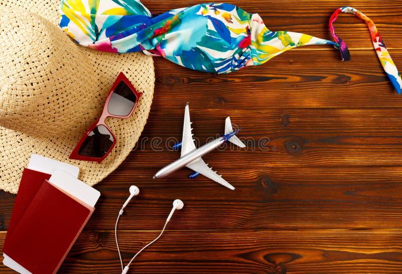 Obenliegende Ansicht der Zusätze des Reisenden, wesentliche Ferieneinzelteile, Reisekonzepthintergrund - Bild stockbilder