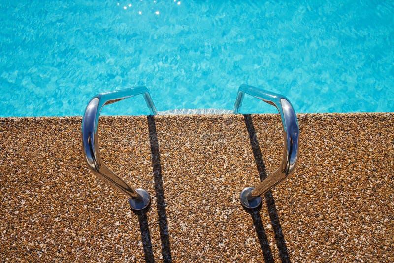 Obenliegende Ansicht des einladenden AquaSwimmingpools tritt stockbilder