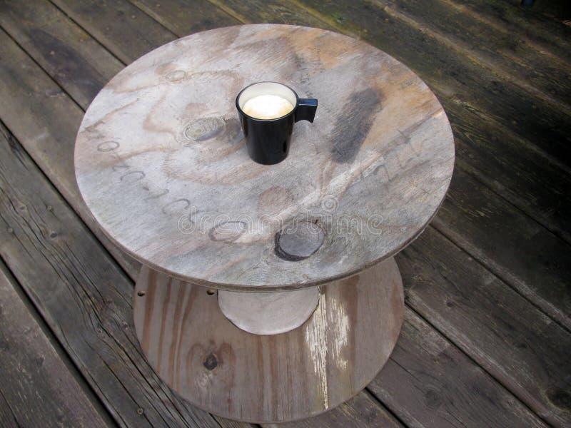Obenliegende Ansicht einer Espressoschale frisch gebrauten Kaffees stockfotos