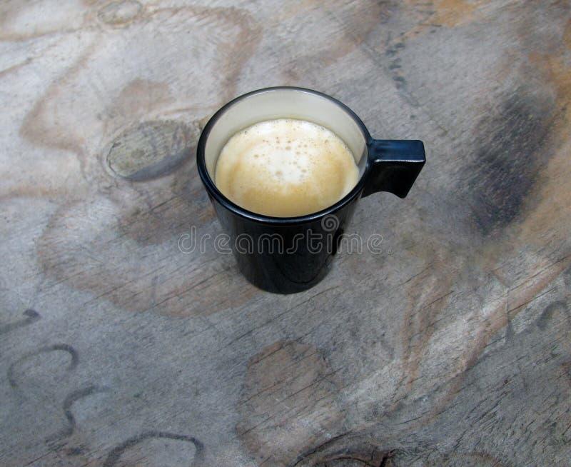 Obenliegende Ansicht einer Espressoschale frisch gebrauten Kaffees stockbild