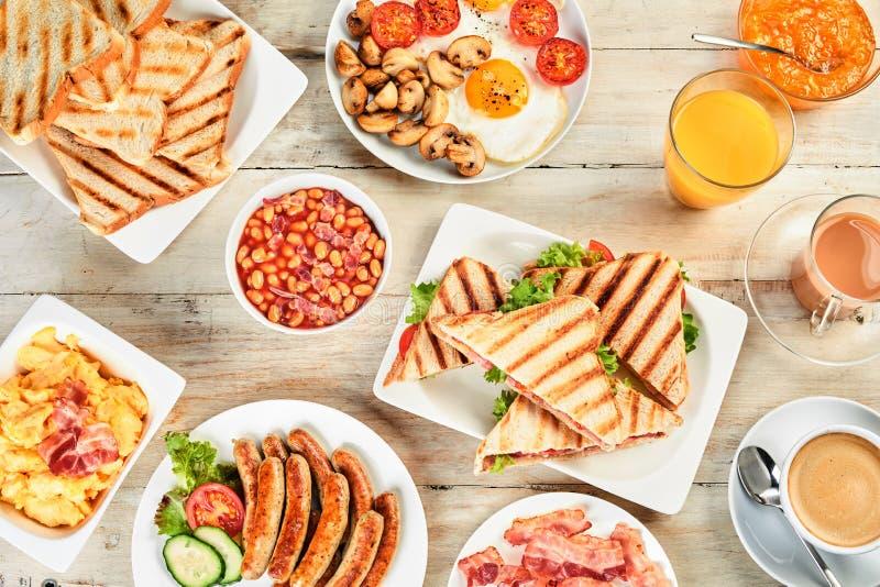 Obenliegende Ansicht einer Tabelle mit englischem Frühstück lizenzfreie stockfotos